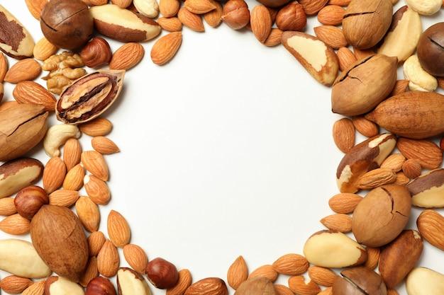 Verschiedene leckere nüsse auf weiß