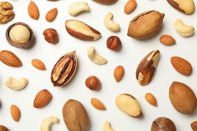 Verschiedene leckere nüsse im ganzen