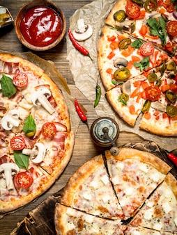 Verschiedene leckere pizzen mit sauce