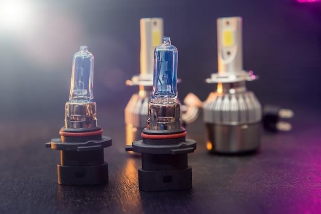 Verschiedene led-lampen für auto isoliert auf schwarzem hölzernem isoliertem hintergrund. moderne fahrzeugbeleuchtungstechnik. autoscheinwerfer