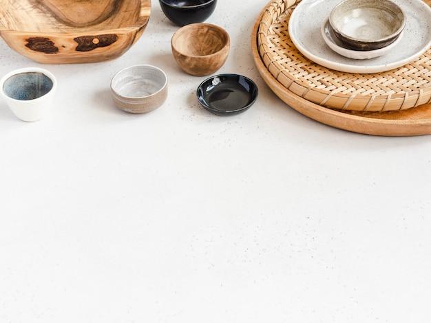 Verschiedene leere gerichte - teller, tabletts, schälchen und saucen