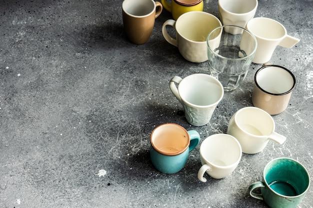 Verschiedene leere kaffeetasse auf betonhintergrund mit kopienraum