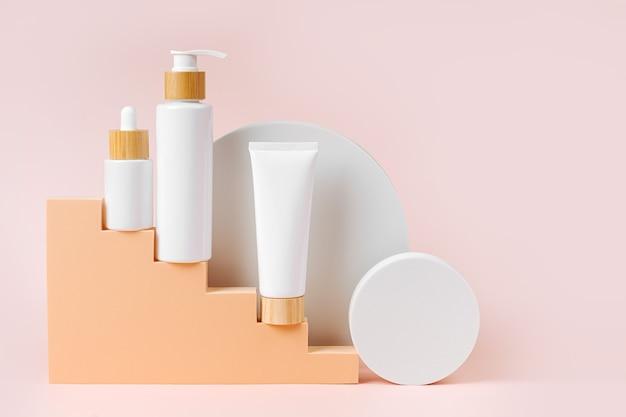 Verschiedene leere kosmetikbehälter auf beige treppe mit geometrischen formen
