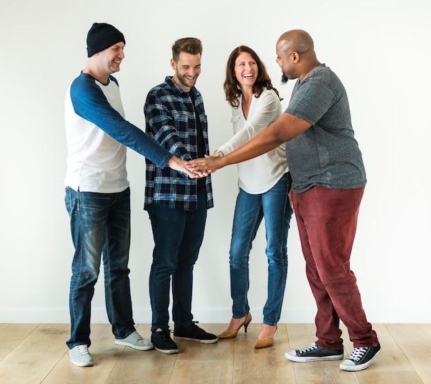 Verschiedene leute, die hände teamwork und gemeinschaftskonzept zusammenfügen