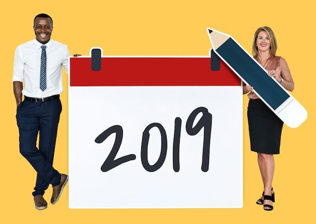 Verschiedene leute, die kalender 2019 halten