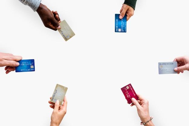 Verschiedene leute-hände halten geldschein