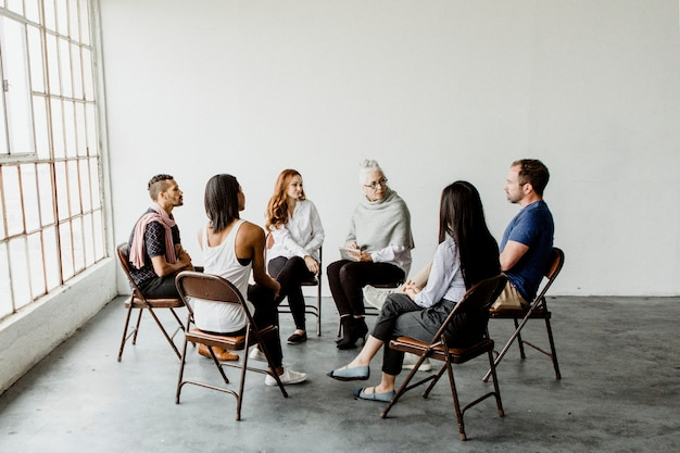 Verschiedene leute in einer unterstützenden gruppensitzung