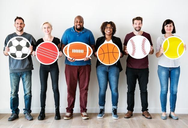 Verschiedene leute mit sportsymbol