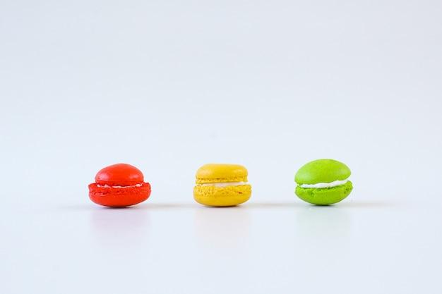 Verschiedene macarons auf weißem hintergrund