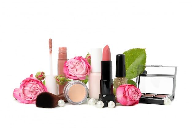 Verschiedene make-up-kosmetika lokalisiert auf weißem hintergrund. weibliches zubehör