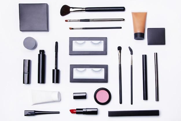 Verschiedene make-up-objekte und kosmetika