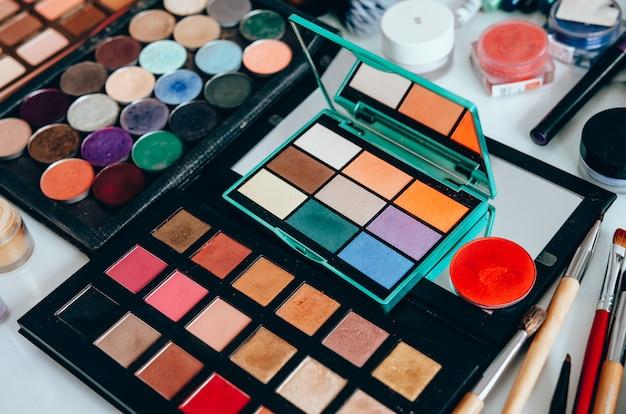 Verschiedene make-up-produkte auf dem tisch