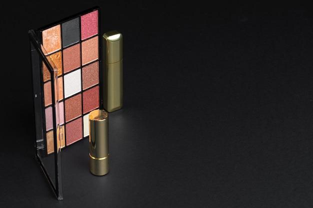 Verschiedene make-up-produkte auf schwarzem tisch