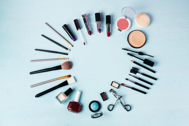 Verschiedene make-up-produkte werden rund ausgegeben