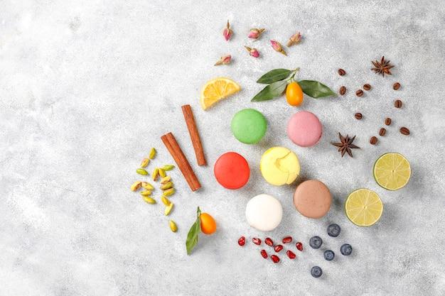 Verschiedene makronen mit pistazien, früchten, beeren, kaffeebohnen.