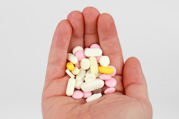 Verschiedene medizinische tabletten in ihrer handfläche