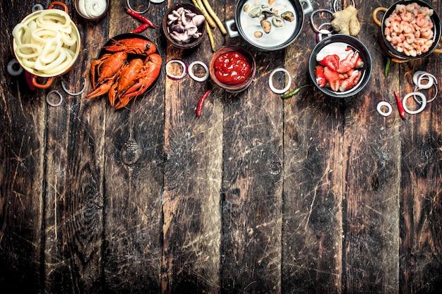 Verschiedene meeresfrüchte auf tisch auf einem holztisch.