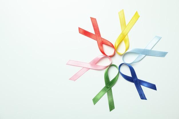 Verschiedene mehrfarbige bewusstseinsbänder auf weißem hintergrund