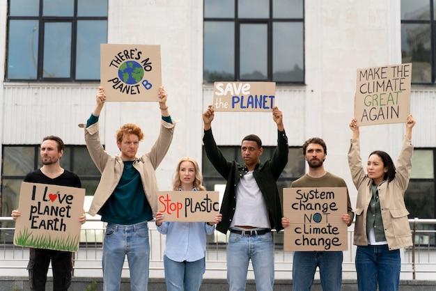 Verschiedene menschen marschieren in protest gegen den klimawandel