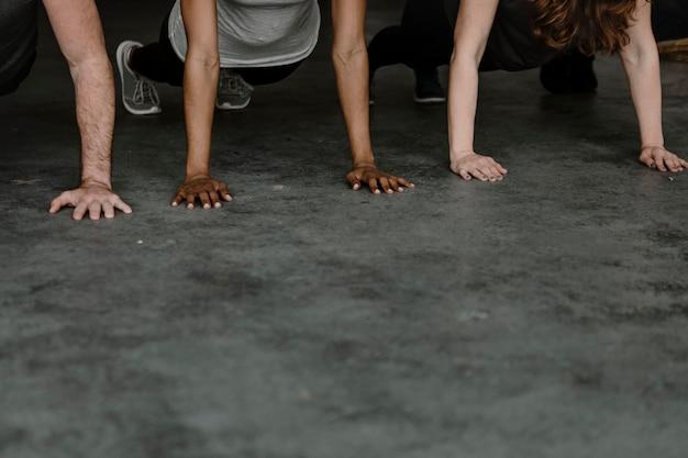 Verschiedene menschen praktizieren eine phalakasana-pose