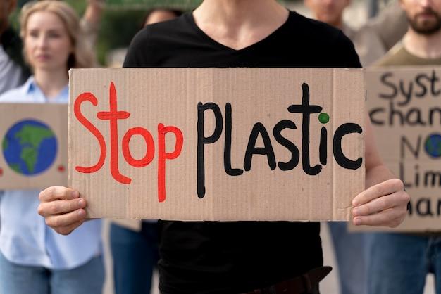 Verschiedene menschen schließen sich einem protest gegen die globale erwärmung an