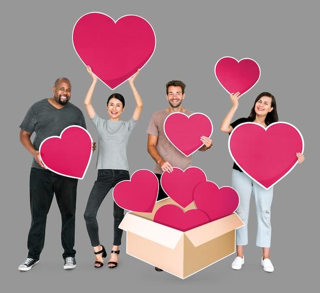 Verschiedene menschen teilen ihre liebe