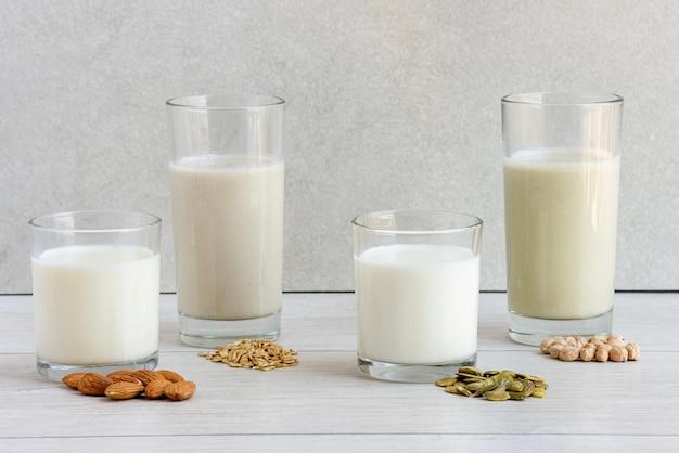 Verschiedene milchfreie vega-milch aus nüssen, samen, getreide und hülsenfrüchten