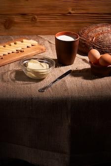 Verschiedene milchprodukte milch, käse, butter rustikales stillleben
