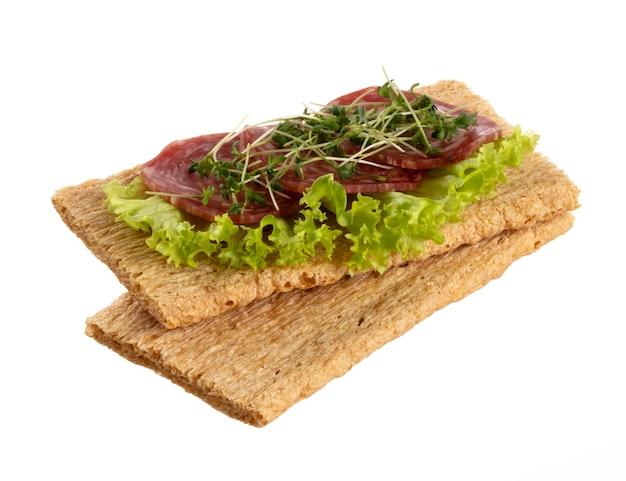 Verschiedene mini-sandwiches mit frischkäse, gemüse und salami.