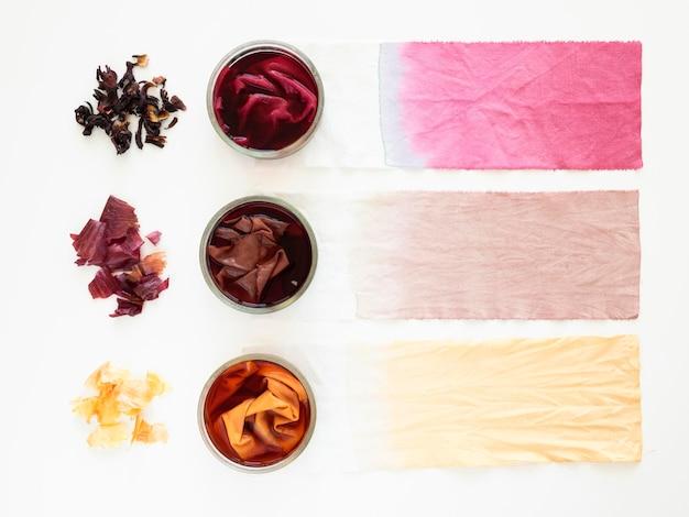 Verschiedene mit natürlichen pigmenten gefärbte tücher
