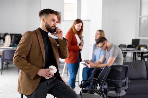 Verschiedene mitarbeiter haben ein meeting