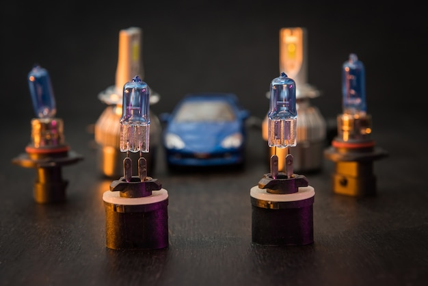 Verschiedene moderne eisbirnen für autoscheinwerfer. wissenschaftliche fortschritte bei der herstellung von autolichtern