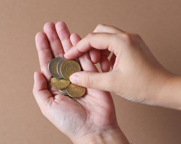Verschiedene münzen in händen
