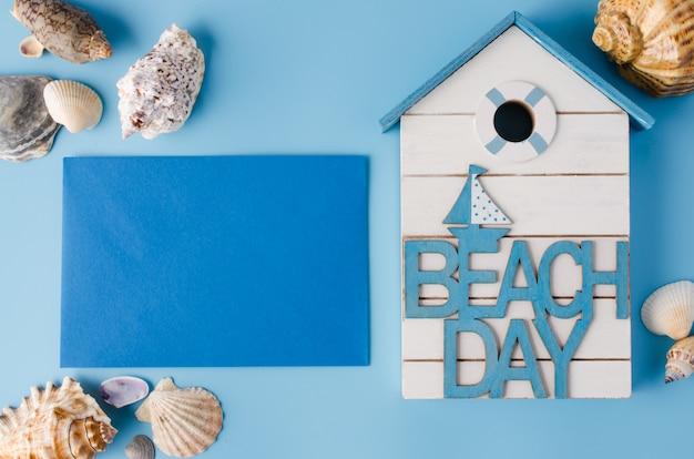 Verschiedene muscheln und inschrift strandtag auf blau.