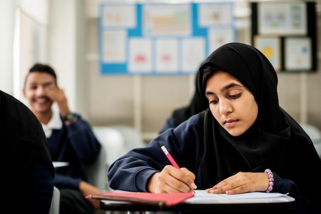 Verschiedene muslimische kinder lernen im klassenzimmer