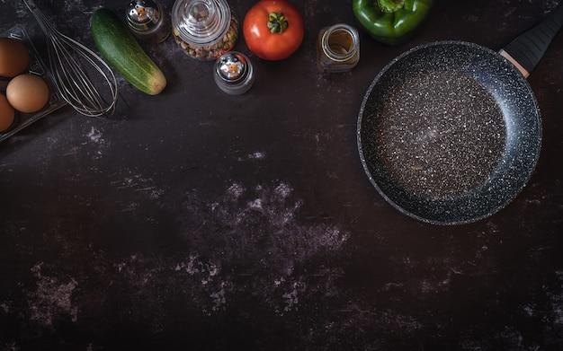 Verschiedene nahrungsmittelbestandteile auf einem dunklen hintergrund mit einem platz für text oder mitteilung