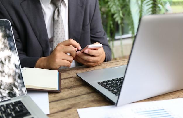 Verschiedene nationalität der gruppe von personen froh und nett für erfolg, den sie mit laptop im modernen büro arbeiten.