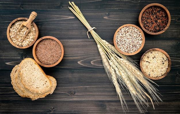 Verschiedene natürliche bio-getreide und vollkorn-samen in holzschale für gesunde lebensmittelzutat produktkonzept.