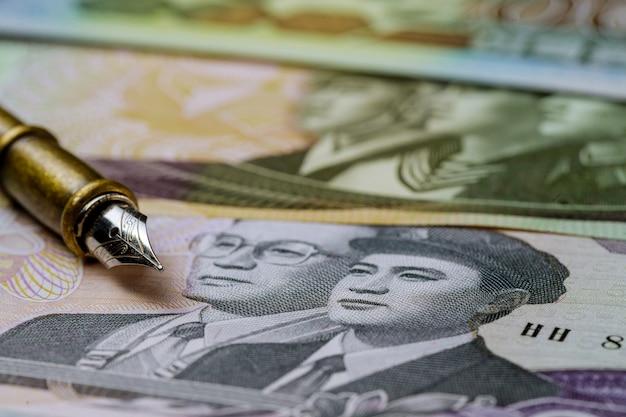 Verschiedene nordkoreanische banknoten gewannen kpw, geldschein über stift zum schreiben