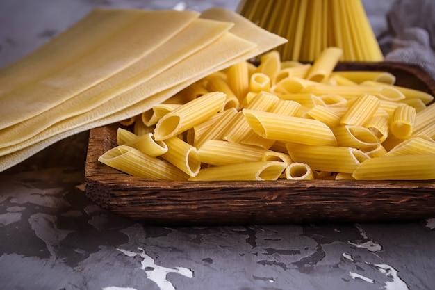 Verschiedene nudelsorten: penne, spaghetti, lasagne