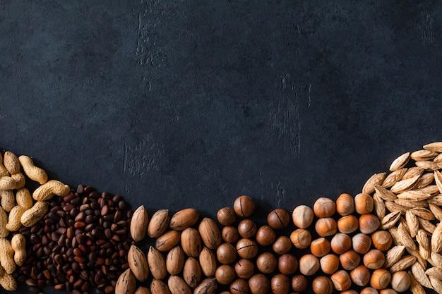 Verschiedene nüsse auf schwarzer steintabelle