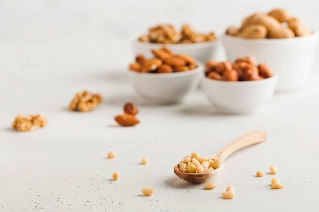 Verschiedene nüsse. die getrockneten nüsse, haselnüsse, mandeln, walnüsse und andere. gesundes essen, gesunde snacks. speicherplatz kopieren.