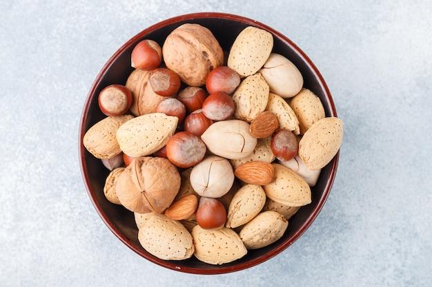 Verschiedene nüsse in den peel-mandeln, haselnüssen, pekannüssen, walnüssen