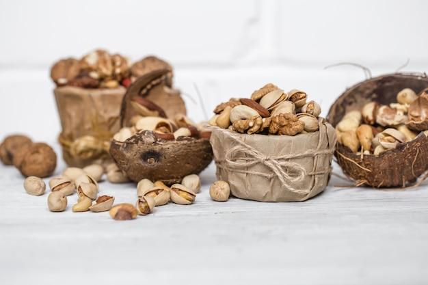 Verschiedene nüsse in einer plattennahaufnahme