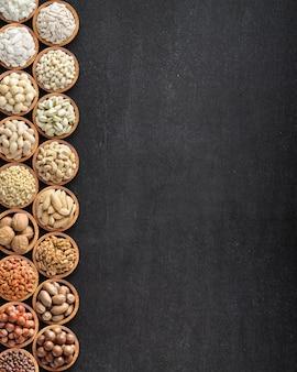 Verschiedene nüsse in holzschalen