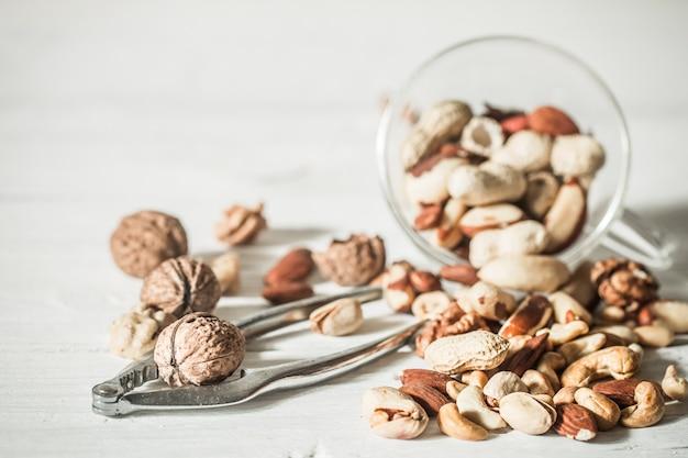 Verschiedene nüsse mit rekodierbarer nahaufnahme, konzept der gesunden ernährung