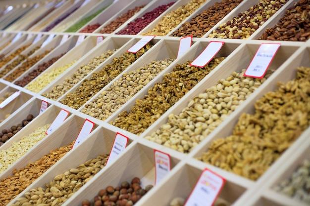 Verschiedene nüsse und getrocknete früchte auf dem markt haselnüsse mandeln erdnüsse cashewnüsse rosinen kandierte früchte