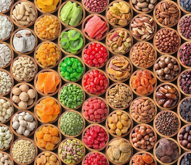 Verschiedene nüsse und trockenfrüchte hintergrund.