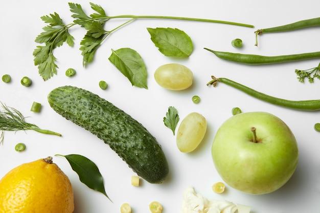 Verschiedene obst- und gemüsesorten isoliert, draufsicht.