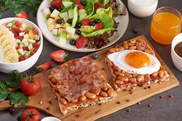 Verschiedene offene sandwiches aus braunem vollkornbrot mit tomatensauce